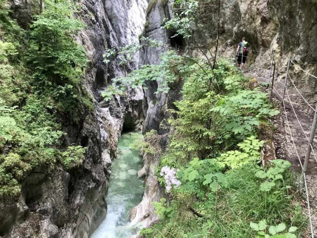 Steil fallen die Felsen in der Kaiserklamm ab, bei der Wanderung durch die Klamm gut zu sehen.