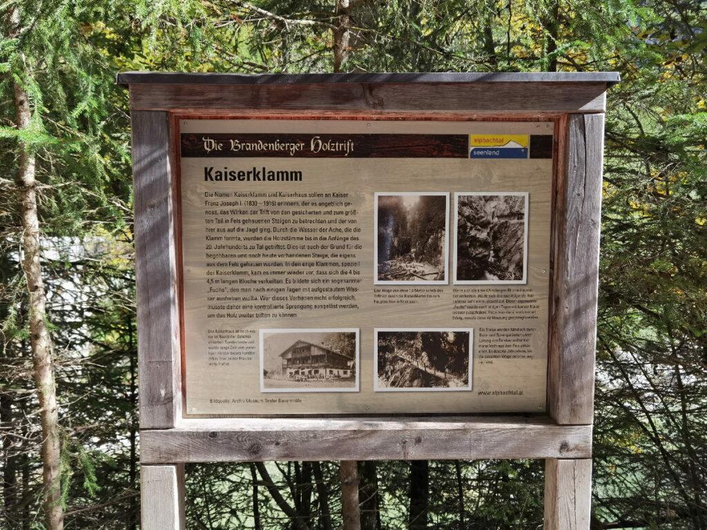 Die Tafel am Eingang der Klamm informiert über die Brandenberg Holztrift