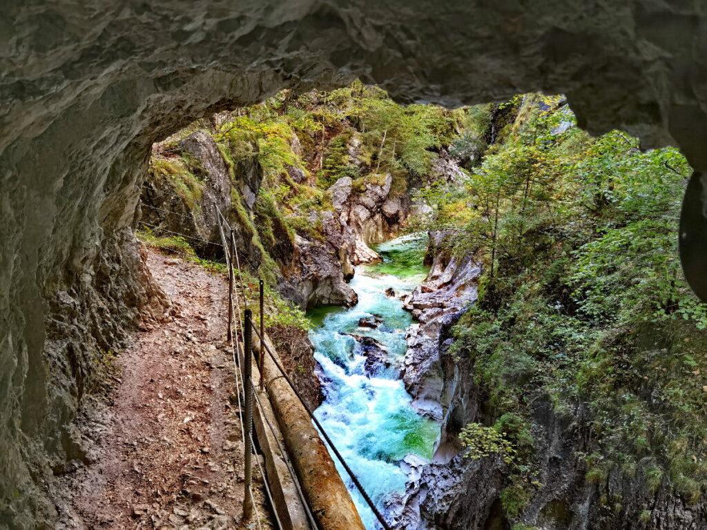Beeindruckende Kaiserklamm Wanderung: Das ist der Blick aus dem Tunnel auf die Klamm